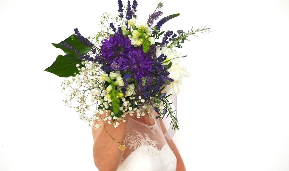HOCHZEITSDEKORATION: Die passenden Blumen zur Lavendel-Kollektion