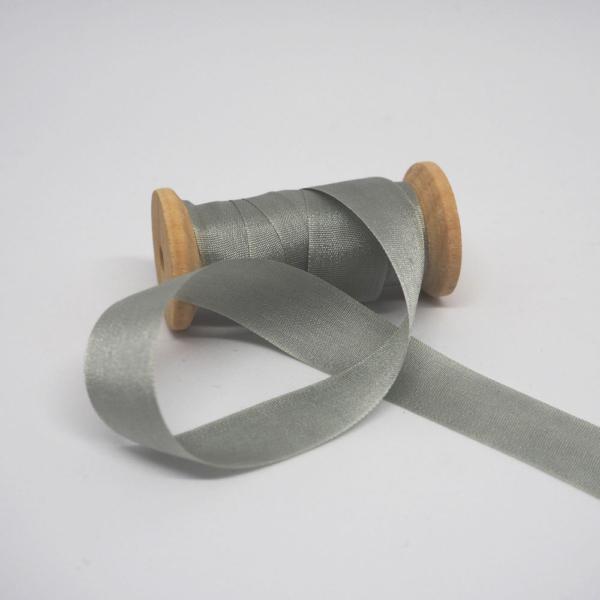 Seidenband gruen grau